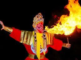 Imagen de Bian Lian echando fuego por la boca